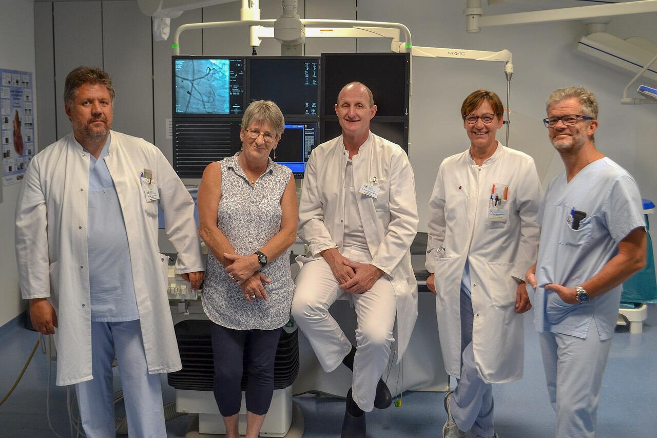 Innovation in Olpe: Der Chefarzt der Medizinischen Klinik, Herr PD Dr. Frank van Buuren (Mitte) mit den Oberärzten Dr. Thomas Luce (1.v.l.), Dr. Almut Diefenbach (2.v.r.) und Dr. Gerd Müller (1.v.r.) und Frau Hiltrud Moczulski (2.v.l.), die als erste Patientin im St. Martinus-Hospital mit der kleinsten Herzpumpe der Welt versorgt wurde.